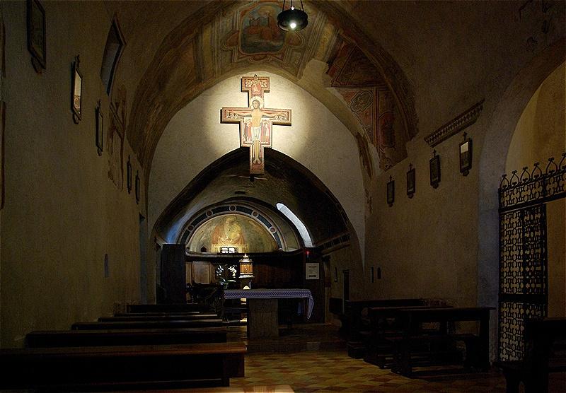 1212 gründete die Hl. Klara hier mit Gefährtinnen den ersten Konvent der Klarissen, dem sich später auch ihre Schwester Agnes und ihre verwitwete Mutter anschlossen. 1253 starb Klara in San Damiano