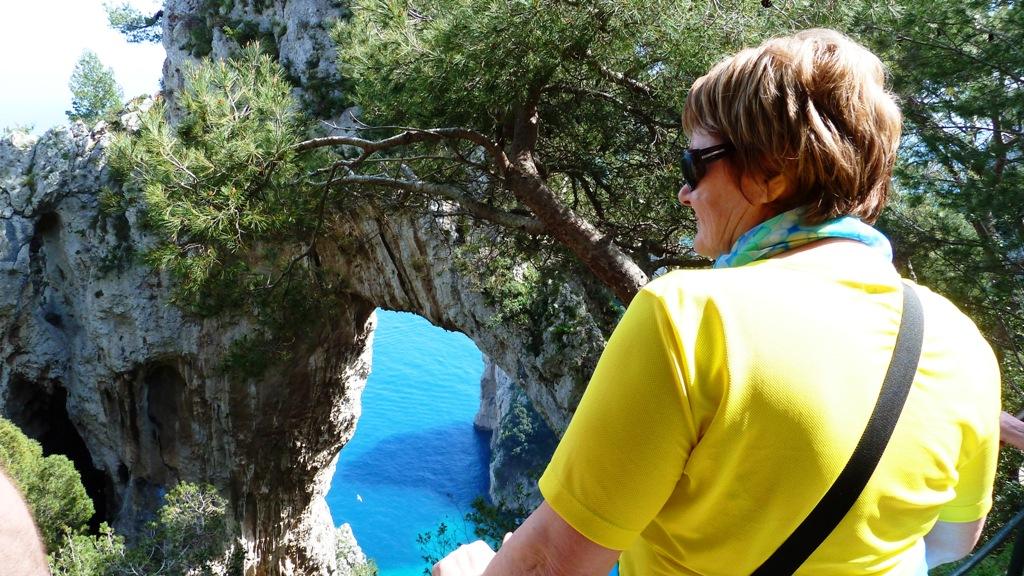 Arco Naturale Der Bogen aus Kalkgestein misst 12 m in der Höhe und spannt sich über 18 m in der Länge