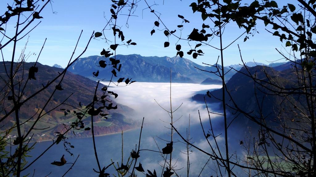 Blick nach Osten auf das Höllengebirge - noch liegt der Attersee unter einer Nebeldecke