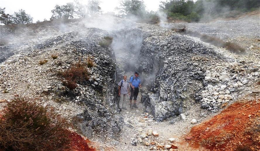 Im Vorhof zur Hölle Mutige Wanderer (Reinhold Pongratz und Gustl Litzlbauer) wagten sich in die tiefe Felsspalte