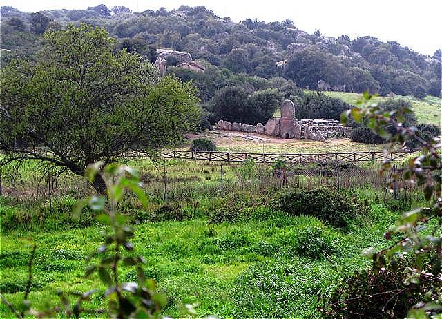 Tomba de Giganti - das Gigantengrab Su Monte de s'Ape inmitten der urtümlichen Landschaft