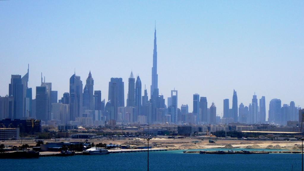 Blick von Bord der Costa Serena auf die Skyline Dubais