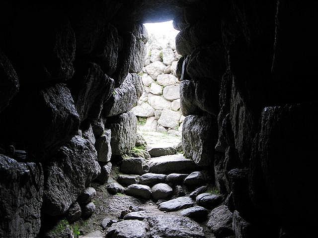 Blick aus dem Inneren zum Eingang. Die Innenräume bestehen aus düsteren, fensterlosen Spitzgewölbekammern