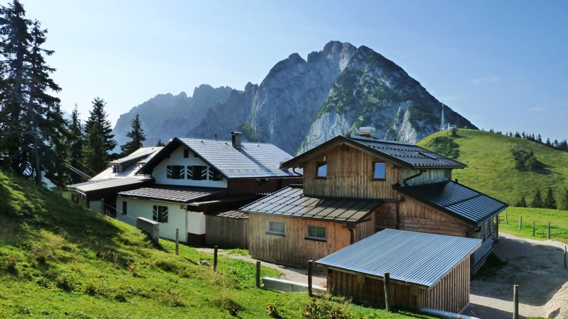Sonnenalm Hütte mit Donnerkogel (2055 m)