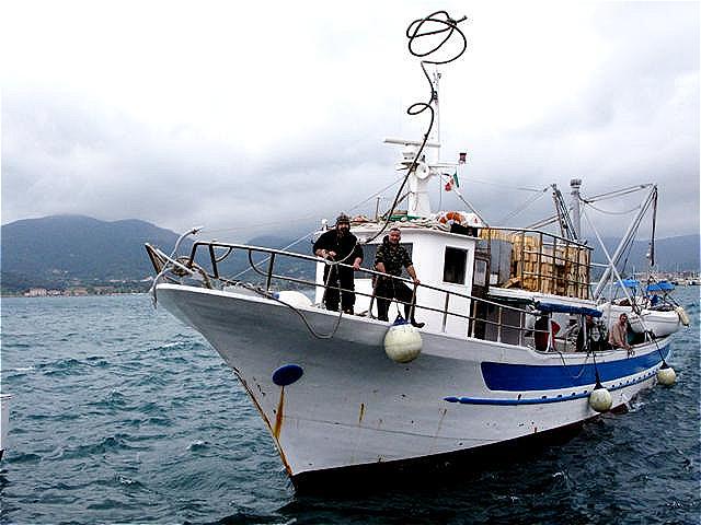 Fischerboot beim Anlegen
