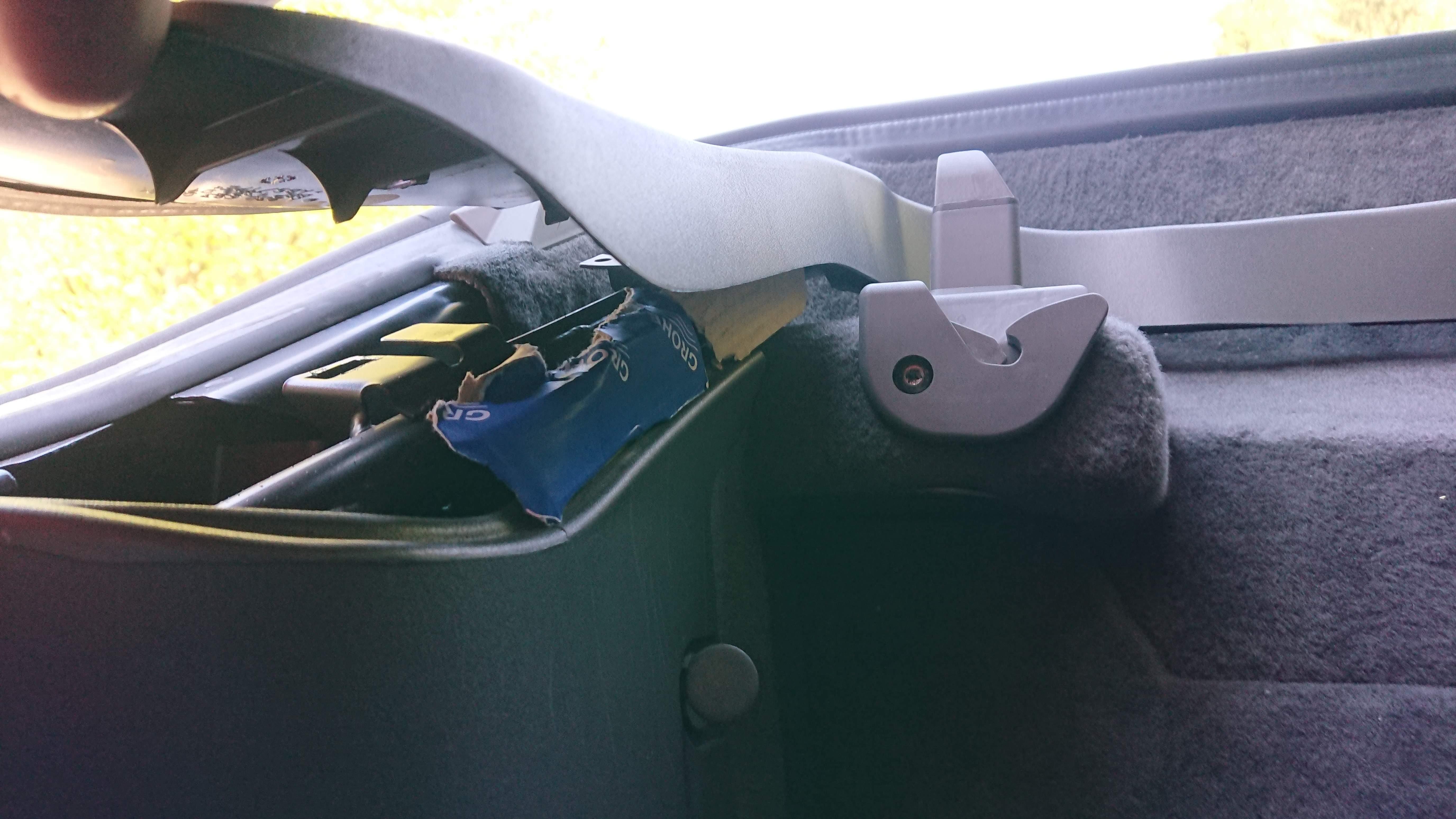 Karton hinter Kofferraumverkleidung
