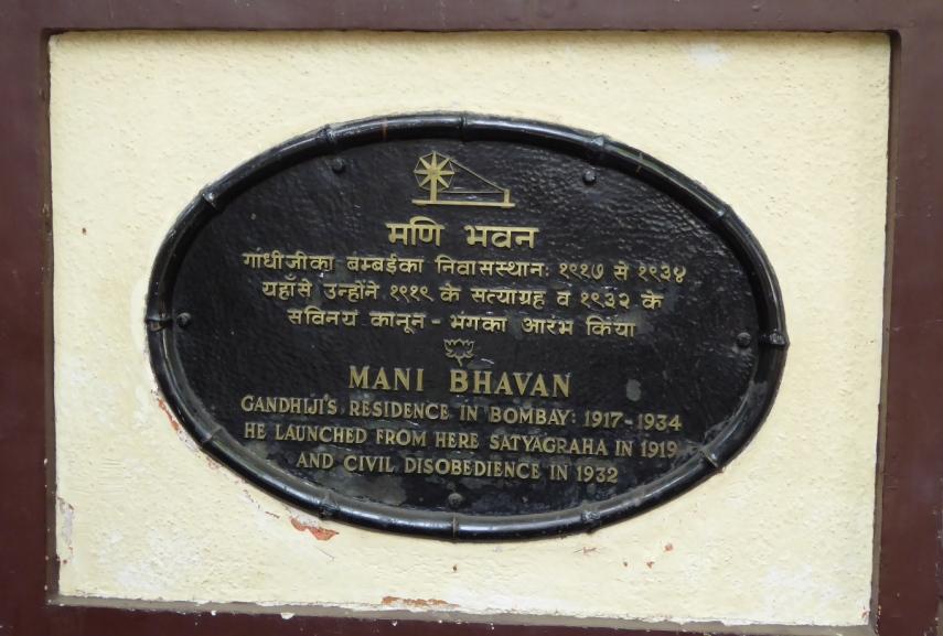Tafel  an Ghandis Wohnhaus Von hier aus startete und organisierte er den gewaltlosen Widerstand gegen die Kolonialmächte.
