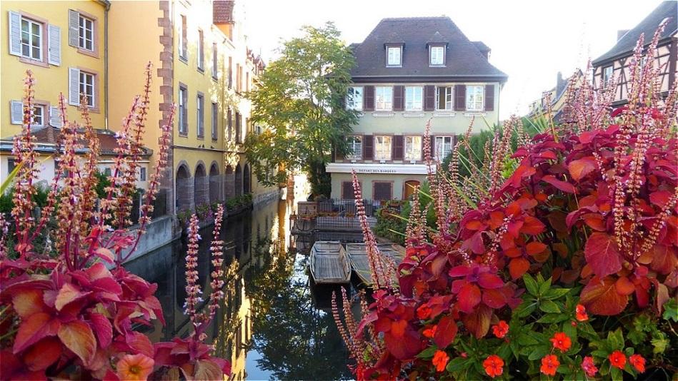 Malerischer Blumenschmuck ziert die Brücken