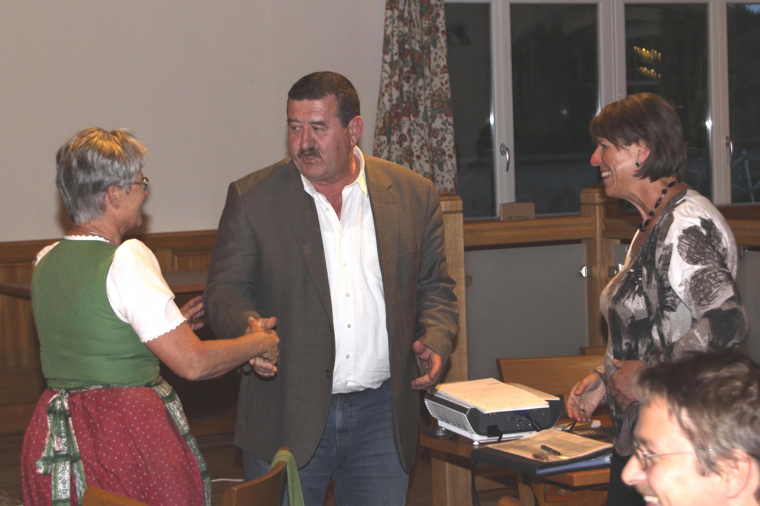 Bgm. Christian Kager bedankt sich bei den beiden Zeitbankobfrauen für die Gründungsunterstützung.