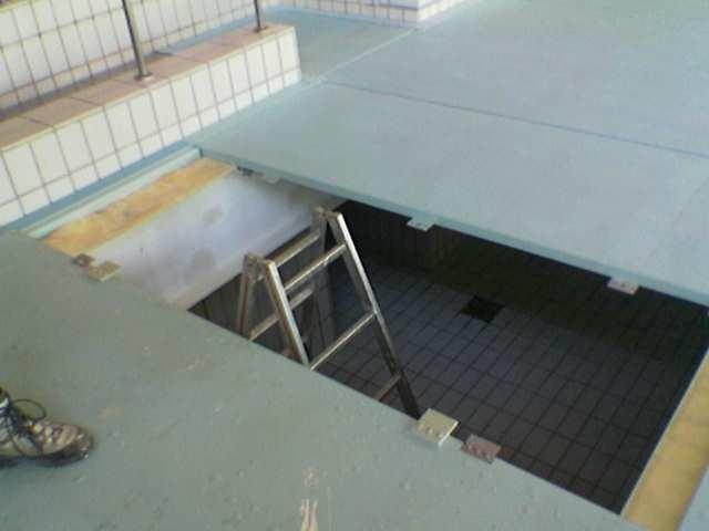Unterwasser-Konstruktion zur Höhenverstellung des Schwimmbecken- bodens. Korrosionsschutz, ganzjährig unter Wasser.  Bisher jährlich Neuanstrich in den Sommerferien