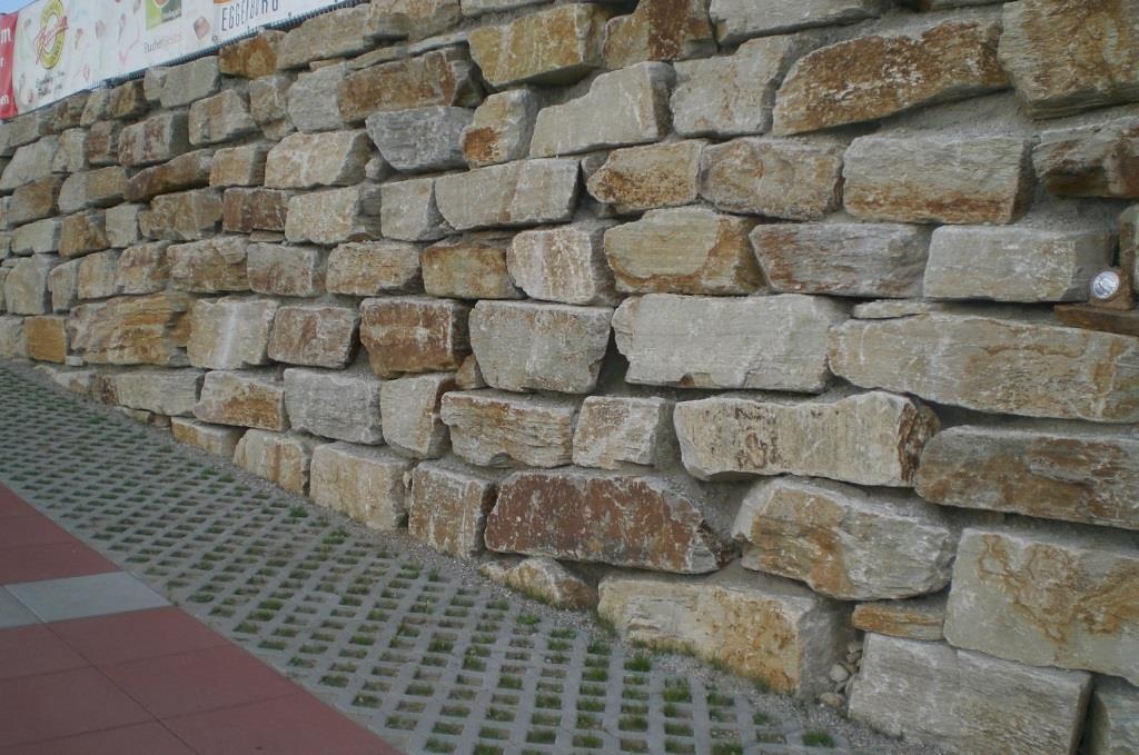 Wurfsteine mit gerader Kante gemauert