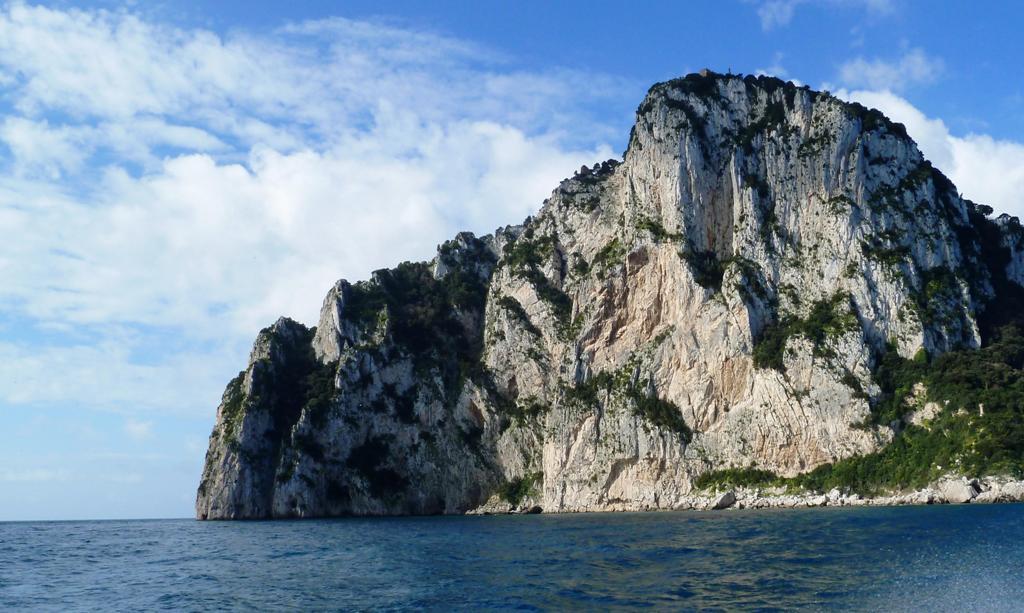 """Der """"Salto Tiberio"""" vom Meer aus gesehen - eine 300 Meter hohe, senkrechte Wand"""