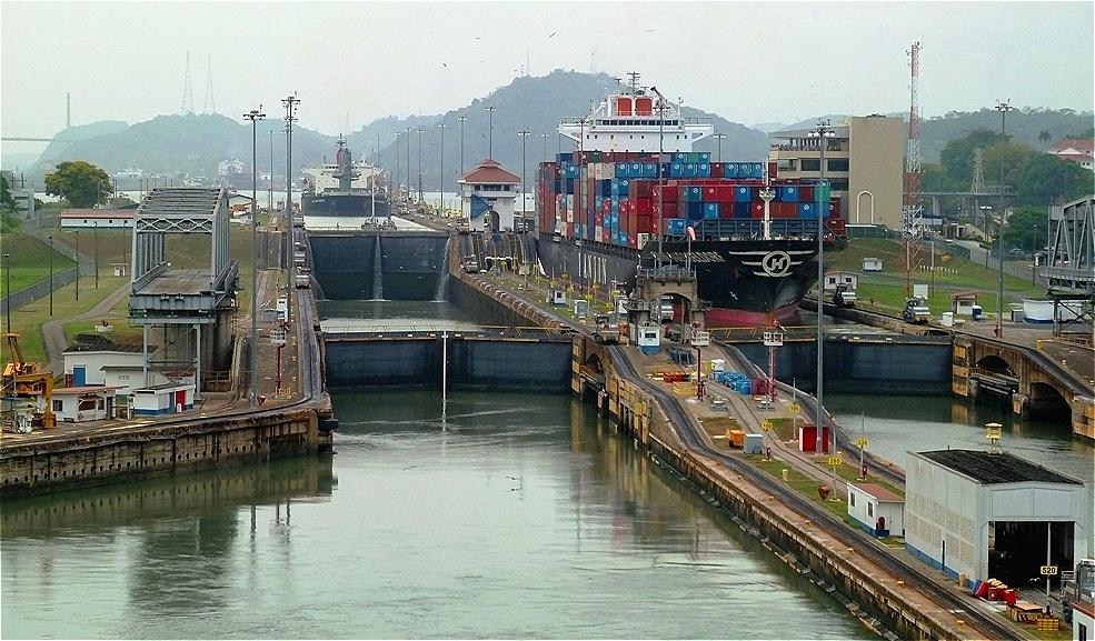 """Unser Schiff verlässt die Mirafloresschleusen Letzter Abschnitt im """"Abstieg zum Pazifik."""