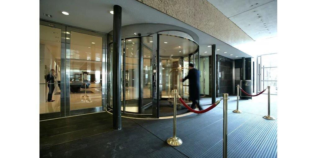 steklena vrtljiva vrata za hotel