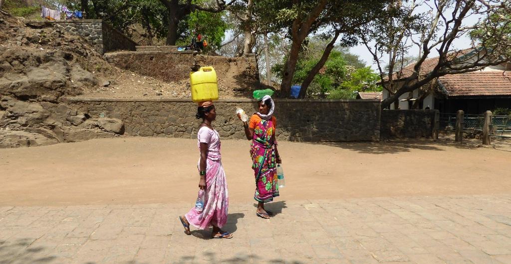 Frauen beim Wassertransport