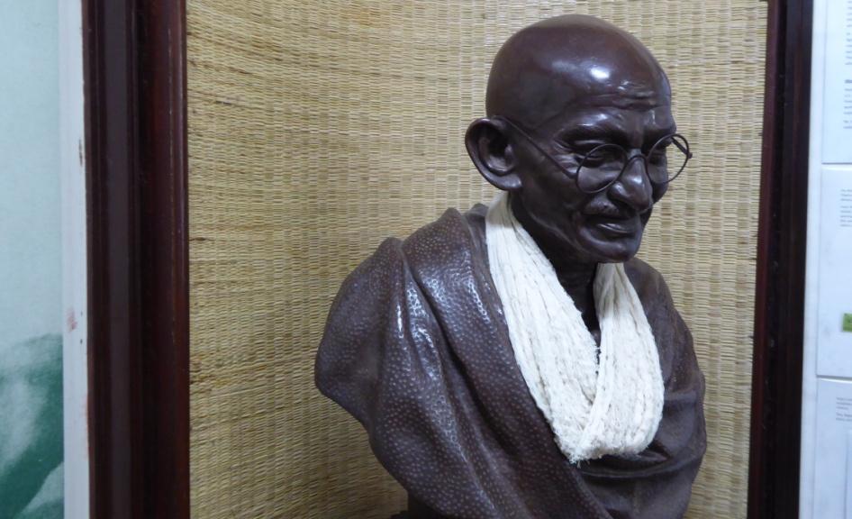 Mohandas Karamchand Gandhi - Anführer der indischen Unabhängigkeitsbewegung Er führte mit gewaltfreiem Widerstand, zivilem Ungehorsam und Hungerstreiks schließlich das Ende der britischen Kolonialherrschaft über Indien herbei (1947). Ein halbes Jahr danach fiel Gandhi einem Attentat zum Opfer.