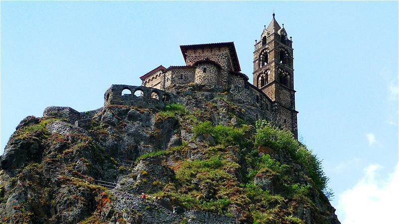 Saint Michel. Auf einer Basaltspitze thront die Kirche Saint-Michel d'Aiguilhe (Heiliger Michael auf der Nadel)