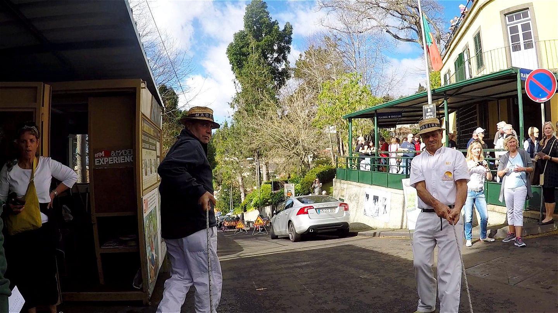 Im Korbschlitten geht es hinunter nach Funchal !