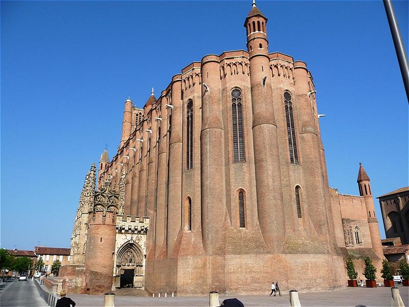 Sainte-Cécile Noch ganz im Eindruck der Albigenserkriege wurde die Kathedrale als einschiffige Saalkirche wie eine Festung erbaut und wirkt wie eine Wehrkirche. Die Mauern sind bis zu sechs Meter dick