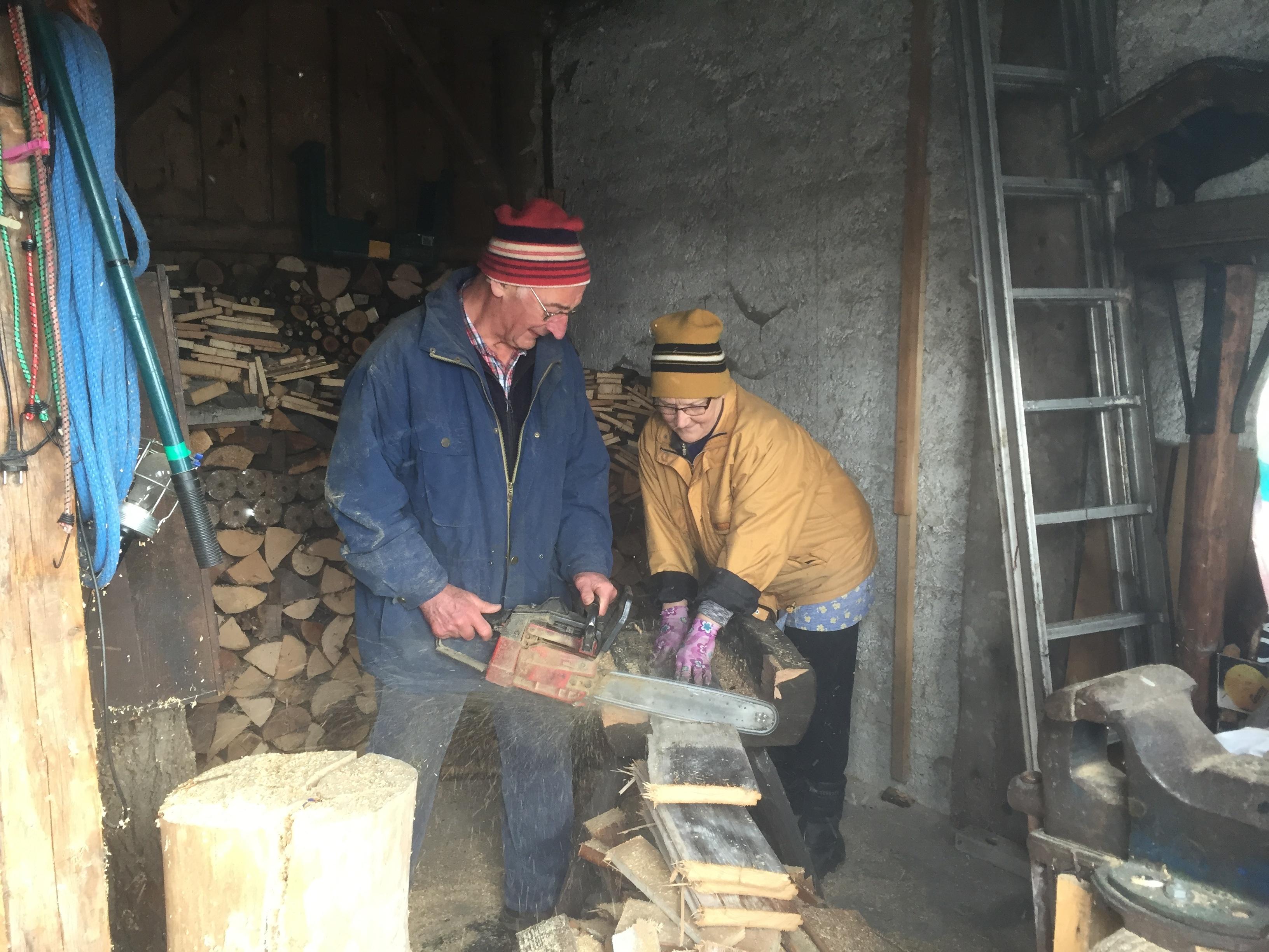 Tatkräftige Hilfe beim Aufräumen der Holzhütte.