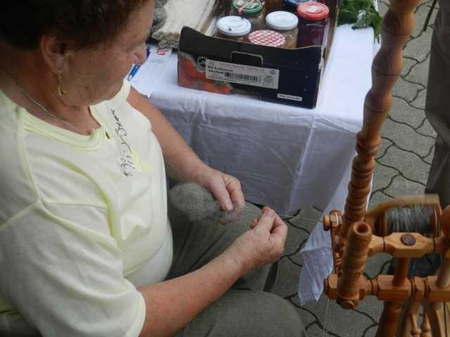Die Mutter von Karl zeigt wie das Spinnen geht. Sie spinnt ihre Wolle noch selber.