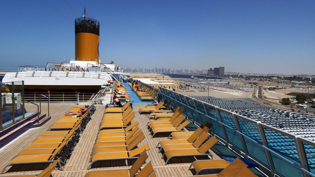 Das Schiff liegt im Hafen von Port Rashid