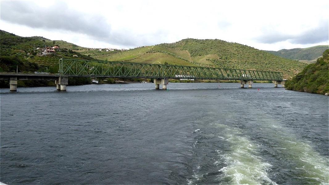 Bei der Eisenbahnbrücke heißt es an Deck den Kopf einziehen !