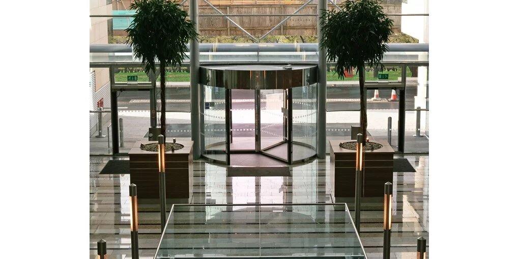 vhod v atrij z vrtljivimi steklenimi vrati