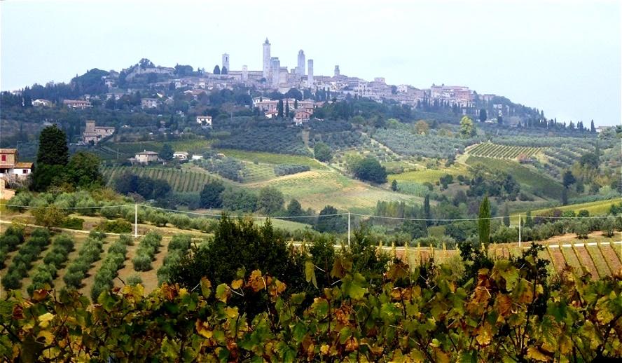 San Gimignano thront auf dem Hügel. Die Stadt verdankt ihre Existenz der Via Francigena (Frankenstraße). Auf ihr  zogen Händler und Pilger vom Norden nach Rom