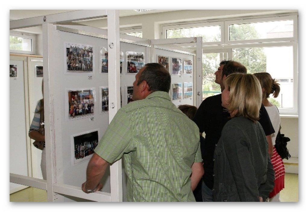 Klassenfotos - ehemalige Schüler/Innen suchen sich auf den Fotos