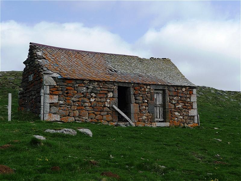 Altes Steinhaus auf der Hochweide - Unterschlupf für Mensch und Tier.