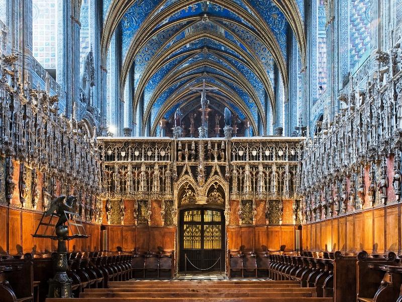 Der Lettner im Flamboyantstil aus dem 15. Jh. Im Gegensatz zum festungsartigen Äußeren der Kathedrale ist das Innere künstlerisch ausgestaltet