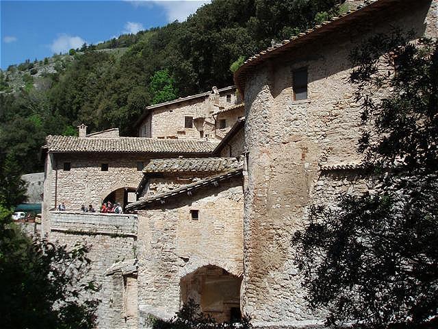 Eremo Seitenansicht - im dichten Eichenwald am Berg Subasio befindet sich die Einsiedelei, in die sich Franziskus erstmals 1205 zum Gebet zurückzog
