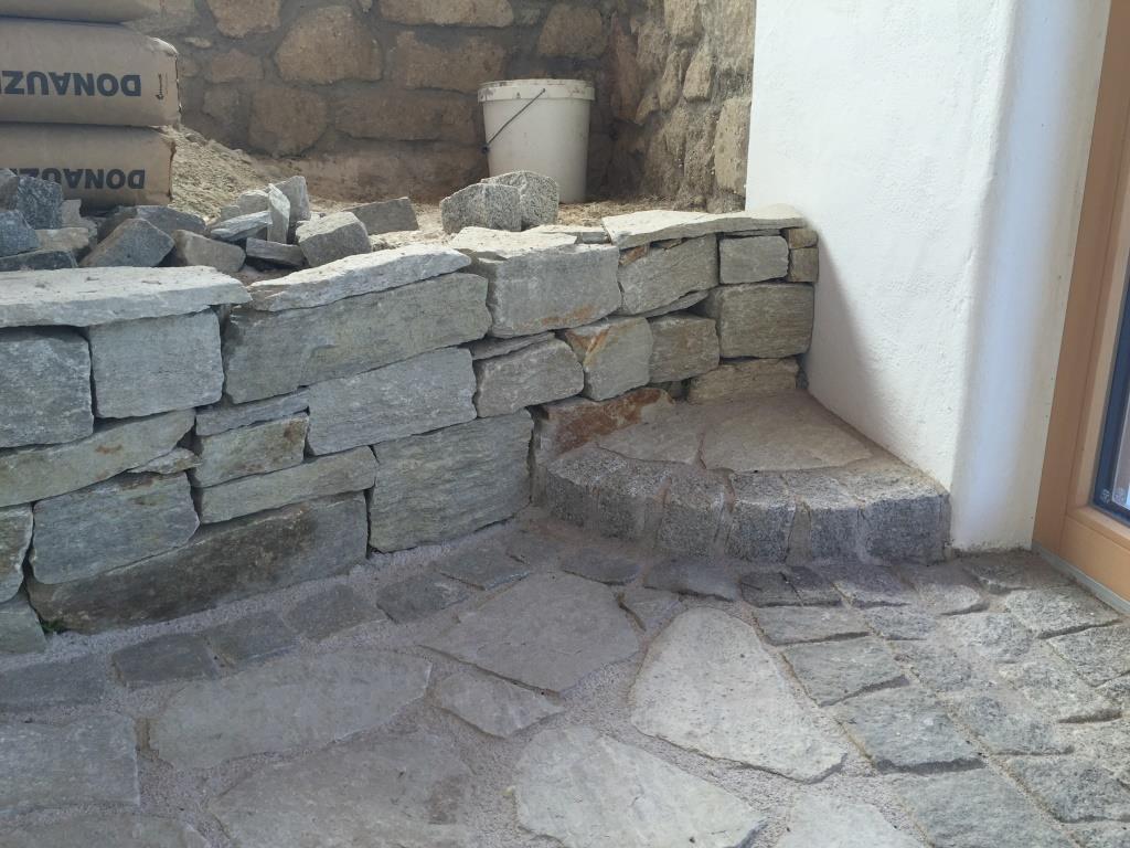 Trockenmauersteine und Wegplatten