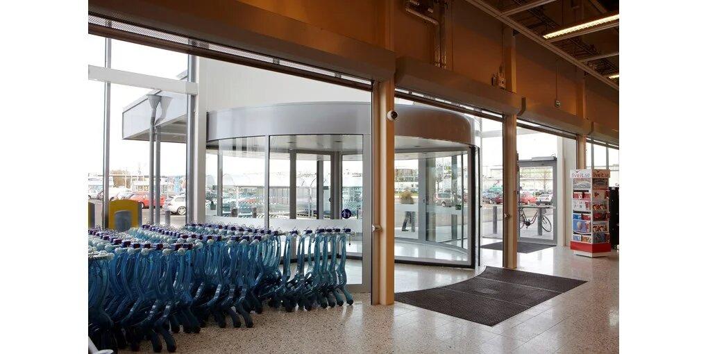 vrtljiva vrata v nakupovalnem centru