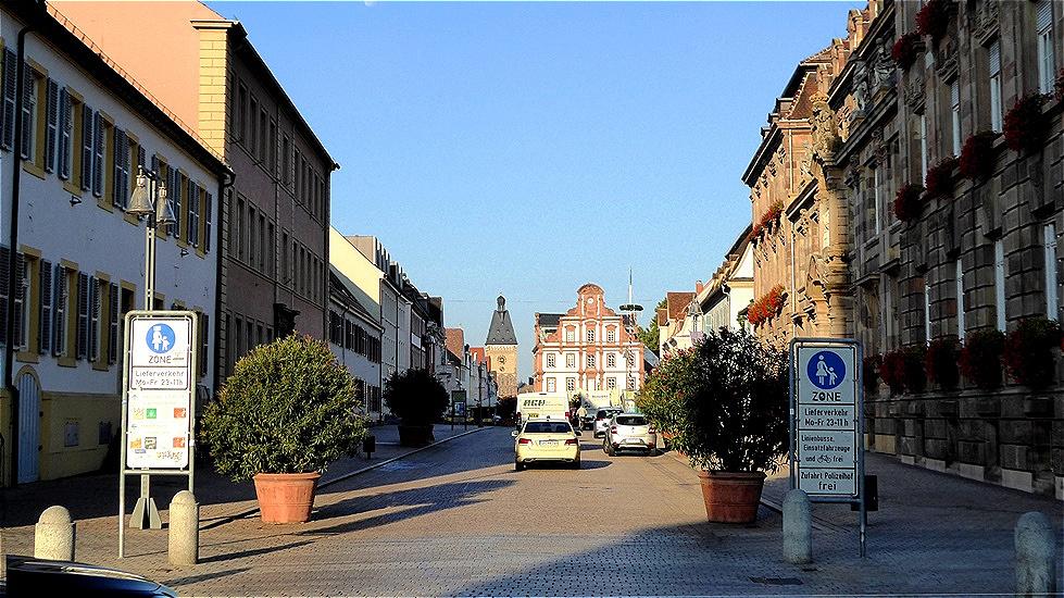 """Blick auf das """"Neue Kaufhaus am Markt"""" und das Altpörtel - das westliche Stadttor Speyers und Teil der mittelalterlichen Befestigung"""