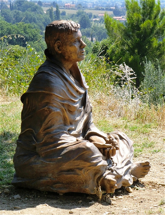 Francesco-Skulptur im Garten des Klosters