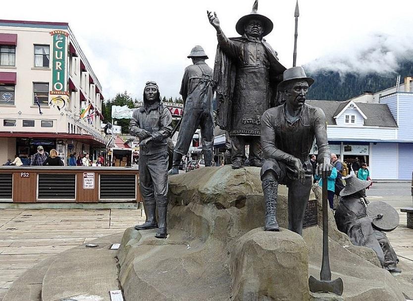 Auf dem Felsen ganz oben steht Häuptling Johnson.  Er begrüßte die ankommenden Pioniere und begann schon früh mit Handelsgeschäften.