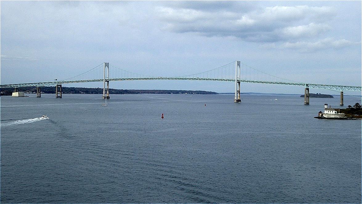 Unser Schiff ankert vor der Hängebrücke von Newport nach Jamestown