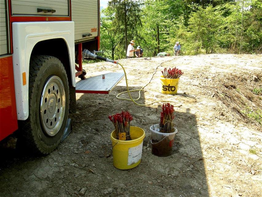 Für ausreichend Wasser sorgt der Tankwagen der Feuerwehr Friedburg
