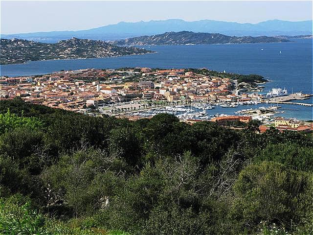 Blick auf Palau. Im Hintergrund der La Maddelena-Archipel und Korsika