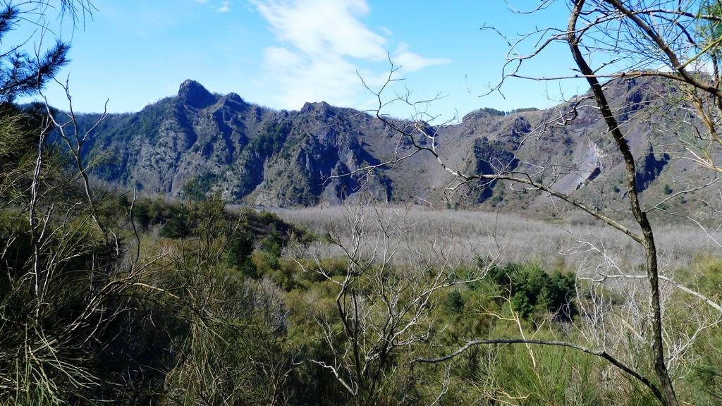 """Blick aus der Caldera hin zum Kraterrand des Somma mit dem """"Punto Nasone"""""""