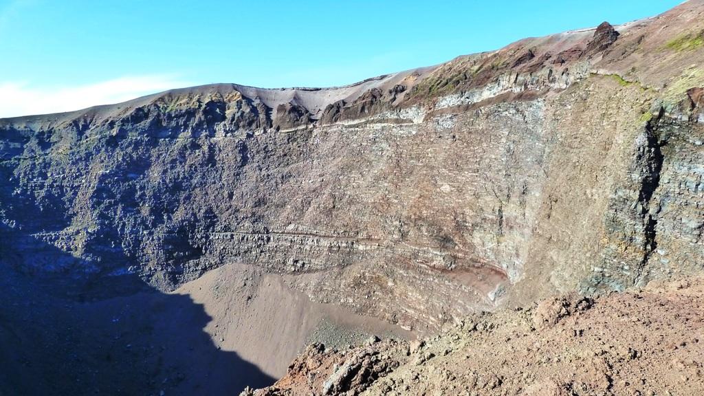 Deutlich erkennt man die Schichtung von erkalteter Lava und Gestein