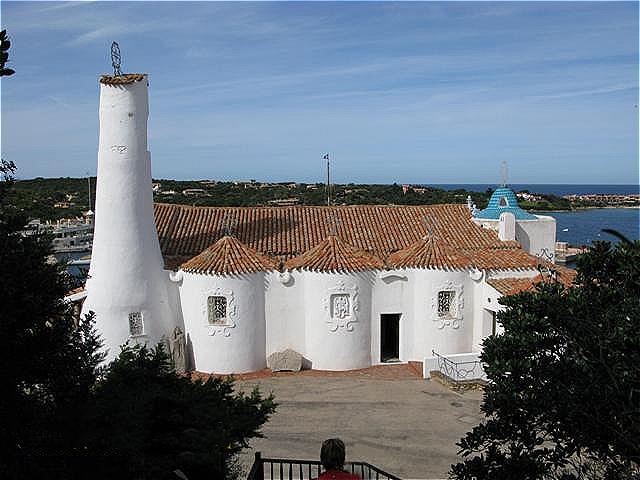 Eigenwillige, moderne Architektur - die Kirche Stella Maris in Porto Cervo ist ein Beispiel dieser Architektur an der Costa Smeralda