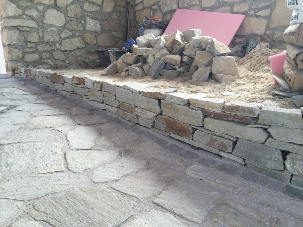 Mauersteine und Wegplatten (und Sandstein)