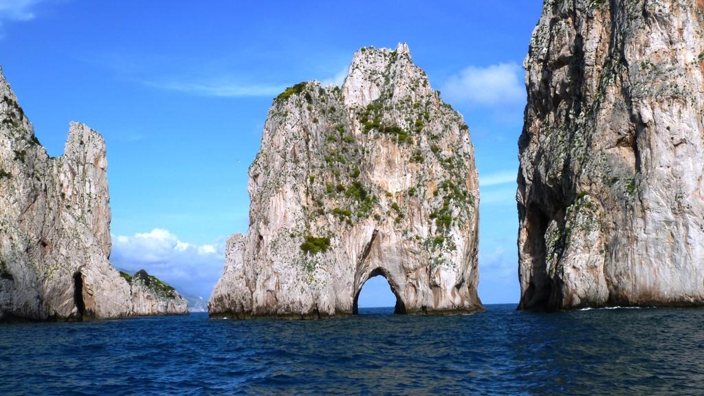 """Wir fahren durch das Tor des mittleren Felsenturmes -  """"Faraglione di mezzo"""" besitzt einen auf Meereshöhe gelegenen natürlichen Tunneldurchgang von 60 m Länge, der auch von kleineren Booten durchfahren werden kann"""