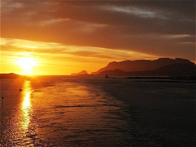 Die ersten Sonnenstrahlen treffen Meer und die Insel Tavolara vor Olbia