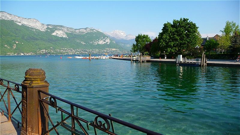 Der Lac d'Annecy liegt im Departement Haute-Savoie in Frankreich