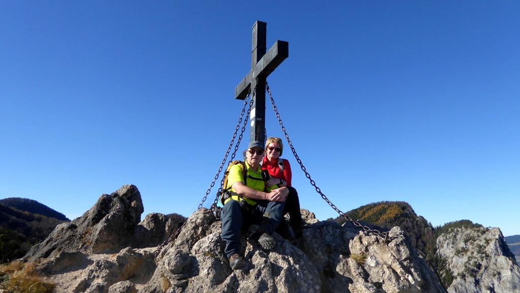 Unterm Gipfelkreuz auf dem Almkogel