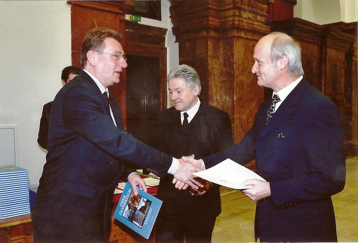 Der spätere LSR-Präsident Fritz Enzenhofer gratuliert
